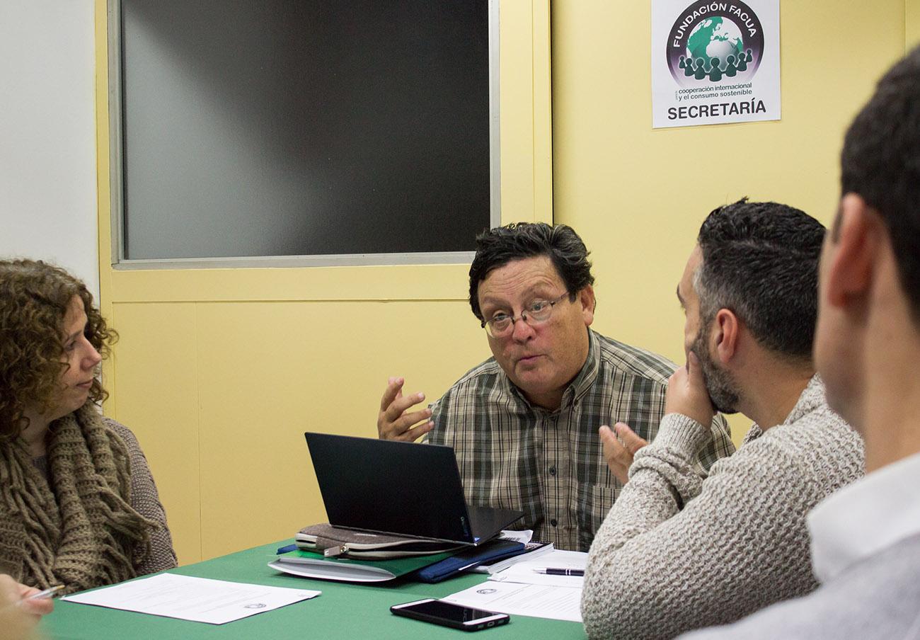 En la imagen, Stefan Larenas durante una de sus intervenciones en el Patronato de la Fundación FACUA. | Imagen: Lydia López.