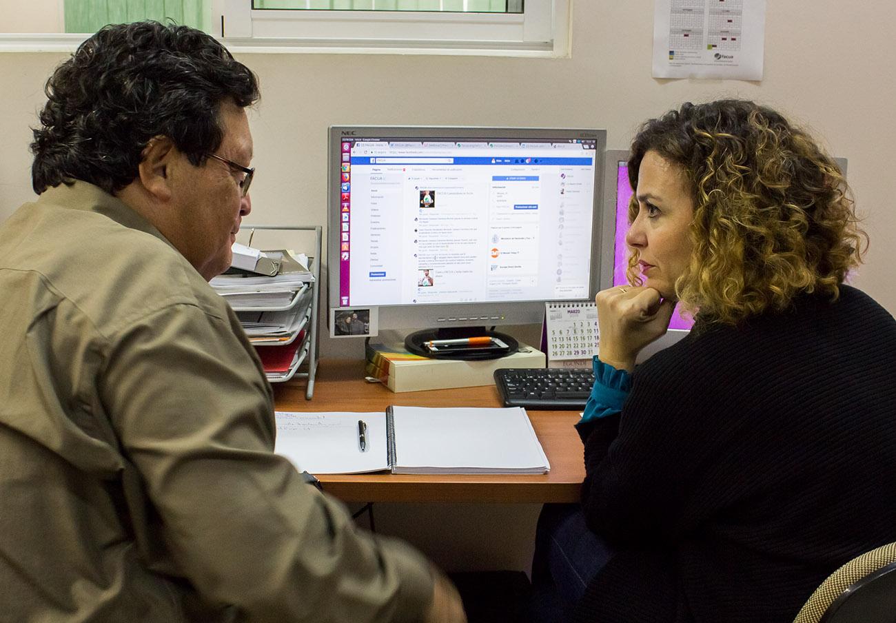 Stefan Larenas, presidente de Odecu, mientras escuchaba las explicaciones de Keka Sánchez, coordinadora de Redes Sociales de FACUA. | Imagen: Lydia López.