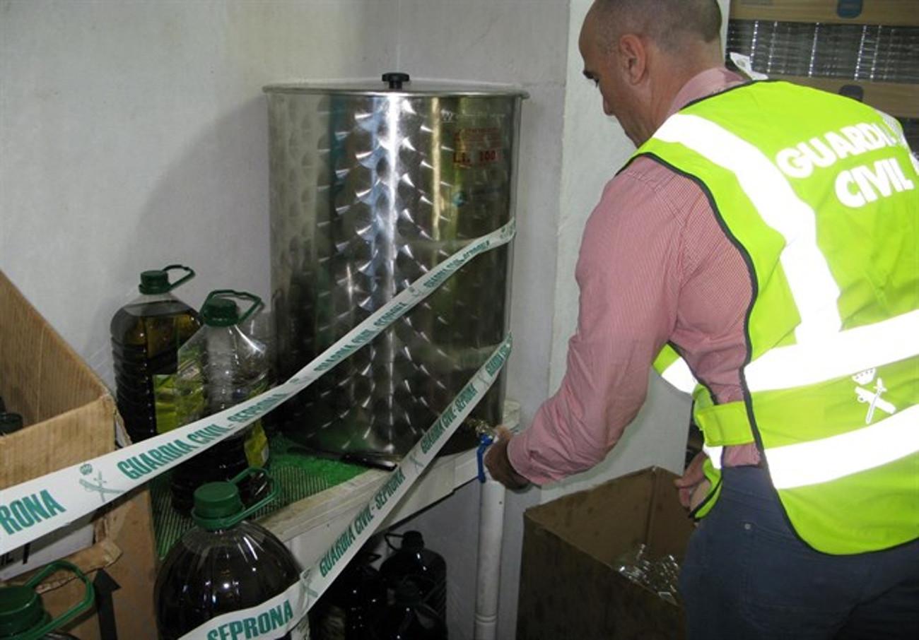 Investigan a una persona en Algeciras por elaborar y distribuir falso aceite 'virgen extra'
