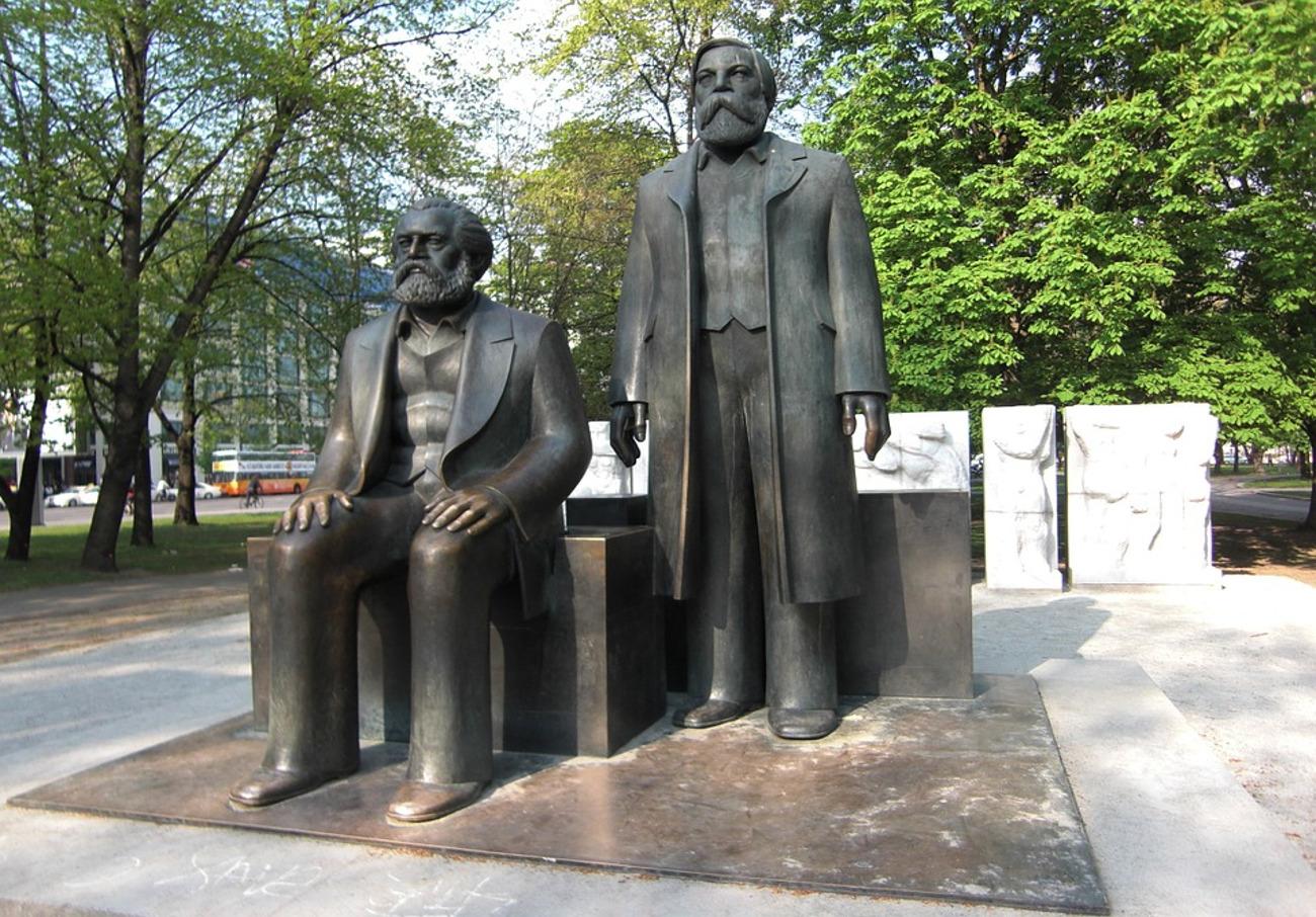 Estatua de Marx y Engel en Berlín.
