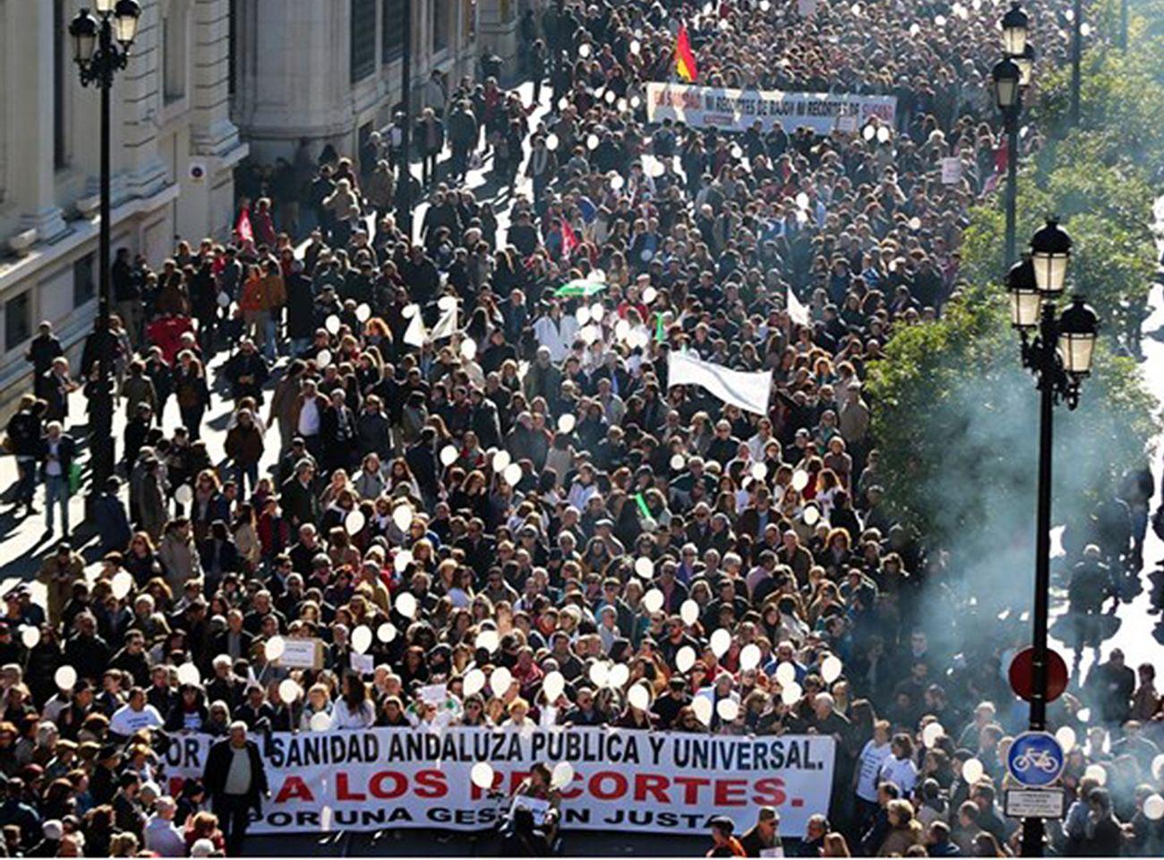 Marea Blanca en Sevilla protesta contra las listas de espera ante el Hospital Virgen Macarena
