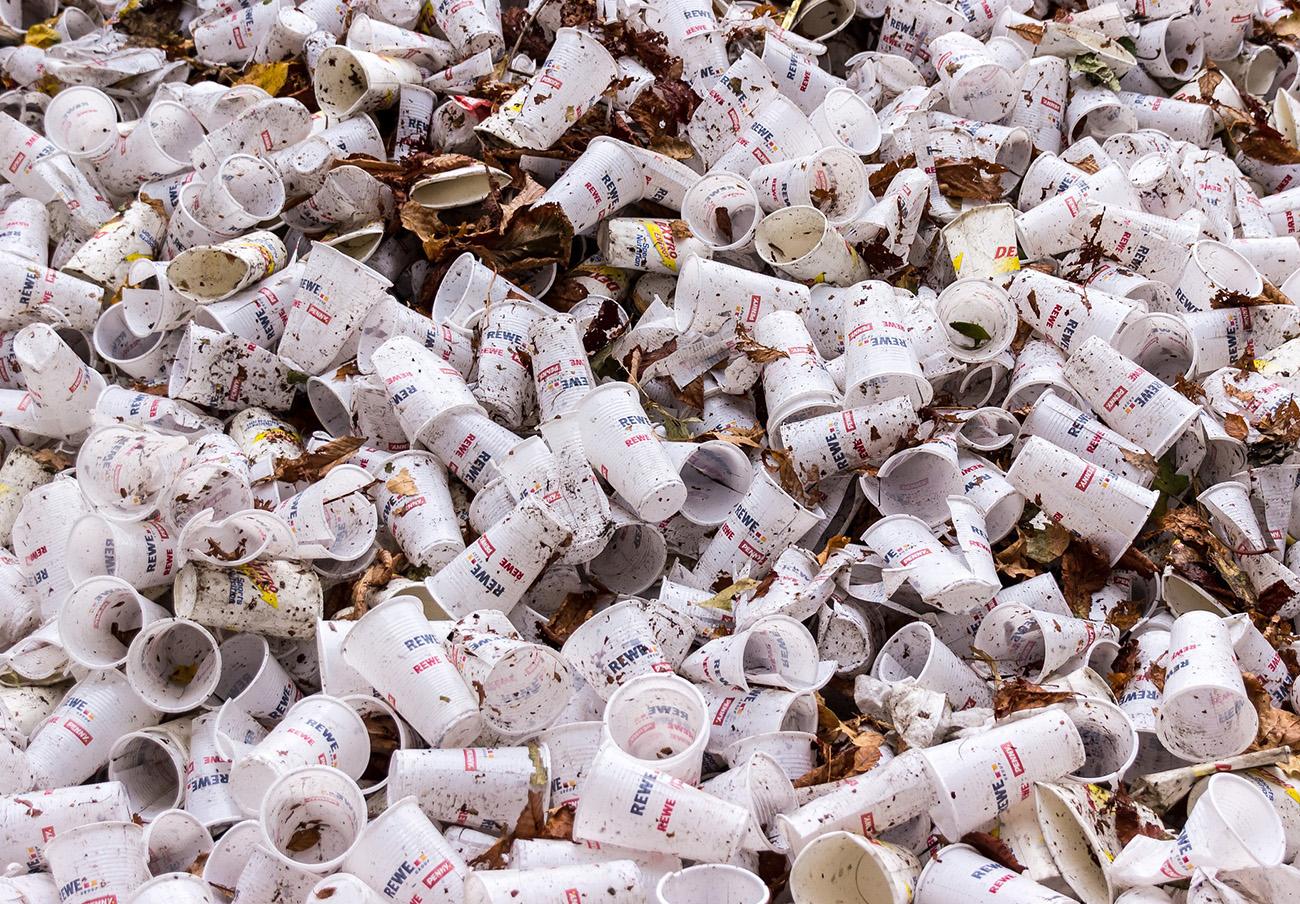 Bruselas propone prohibir los platos, cubiertos, bastoncillos y pajitas de plástico