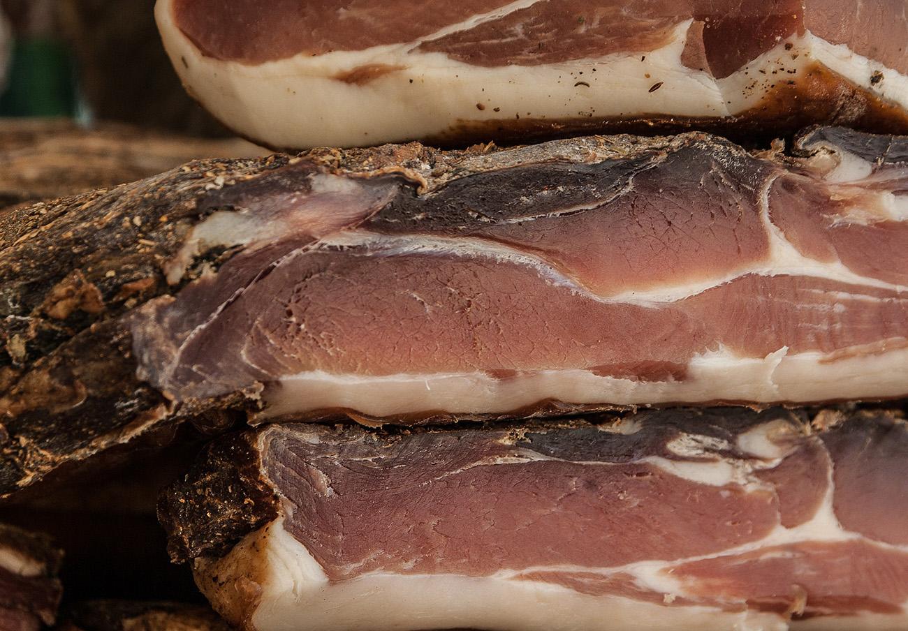 La Guardia Civil interviene más de 700 toneladas de jamones, embutidos y productos cárnicos en mal estado