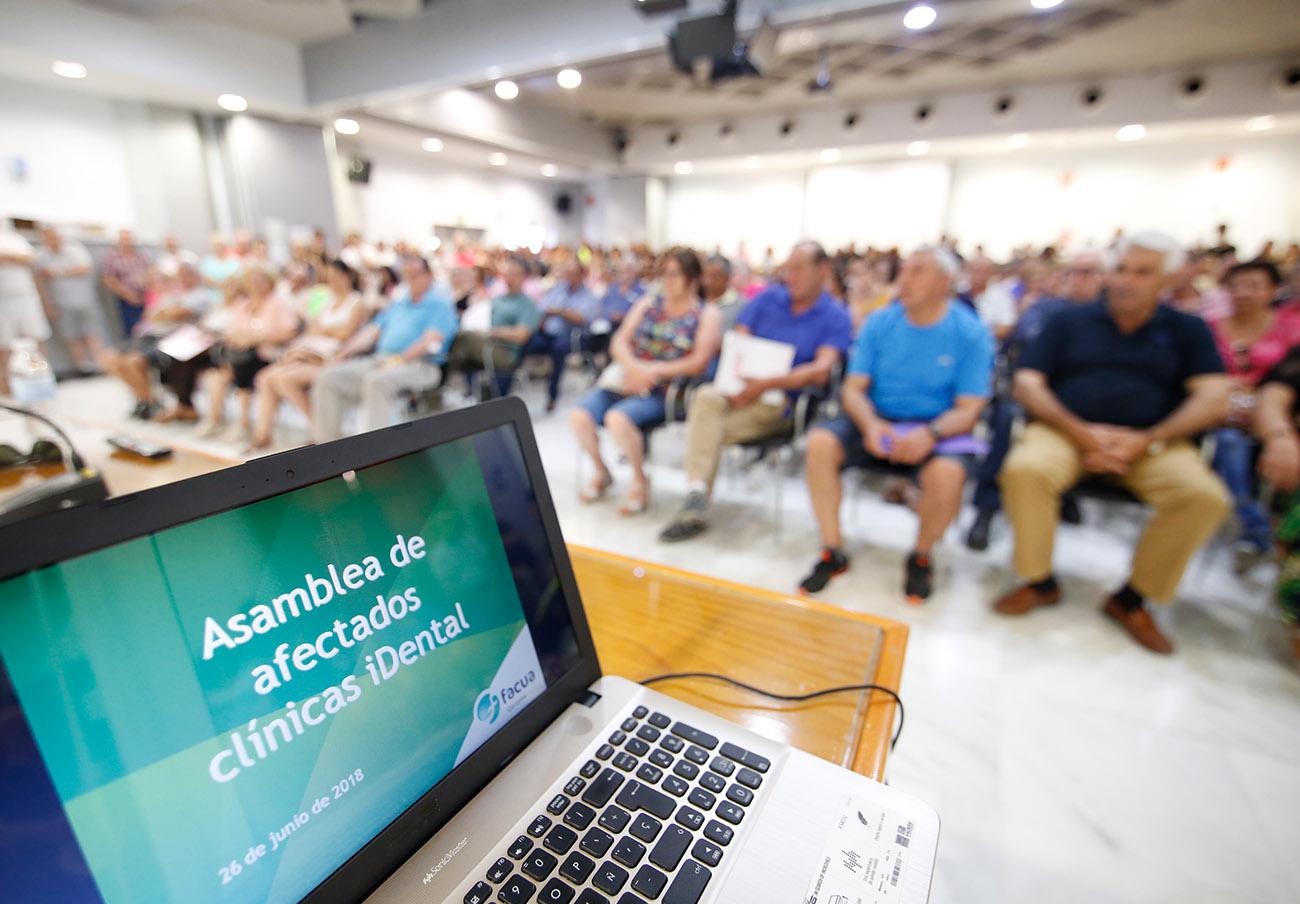 Asamblea informativa de FACUA Córdoba con los afectados de iDental. | Imagen: Alex Gallegos.