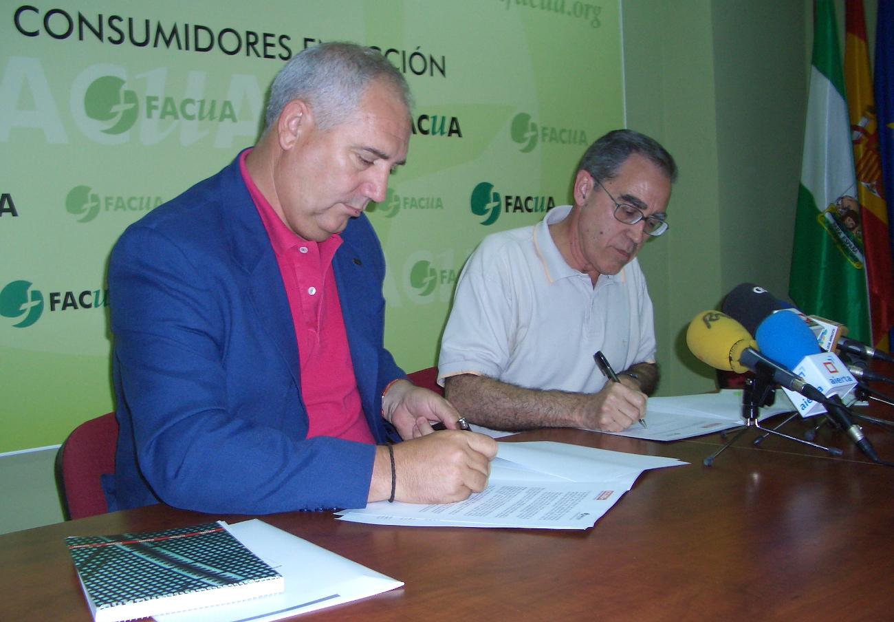 Momento de la firma del convenio entre FACUA y Comisiones Obreras en 2007