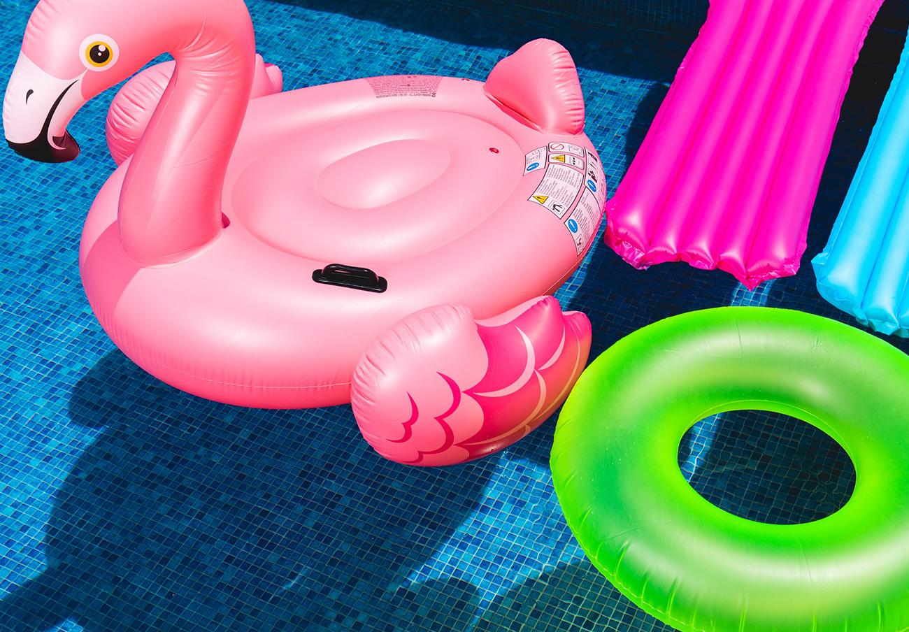 FACUA alerta del peligro que supone bañarse en el mar con los famosos flotadores de unicornio y flamenco