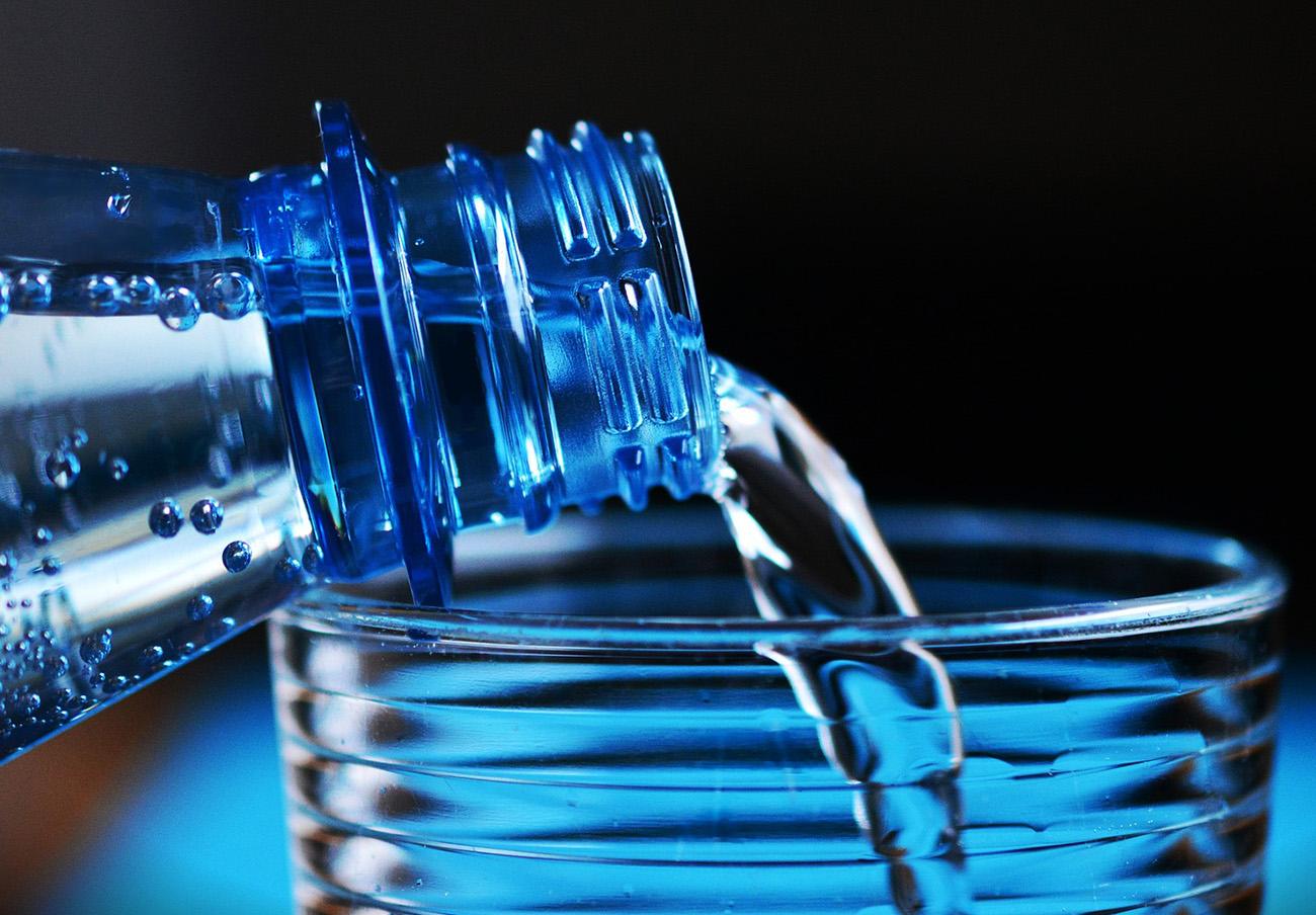 Salud amplía la retirada de agua envasada contaminada a las botellas de 1,5 y 5 litros de la marca Eroski