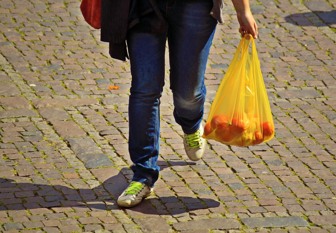 FACUA Andalucía distribuye mochilas en colegios para concienciar sobre el uso de bolsas de plástico