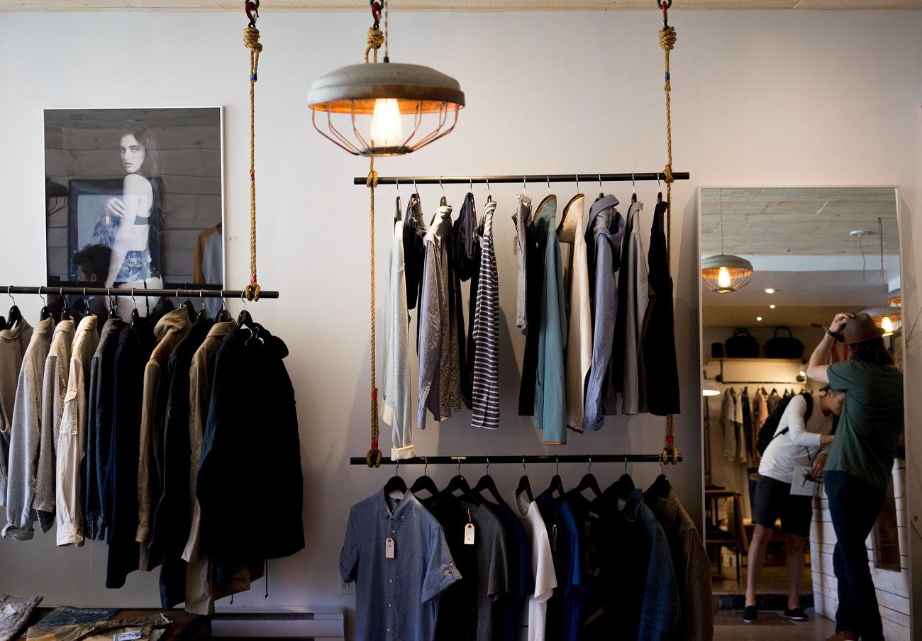 Multa a la firma de moda Guess por cobrar entre un 5% y un 10% más a los consumidores de Europa del Este