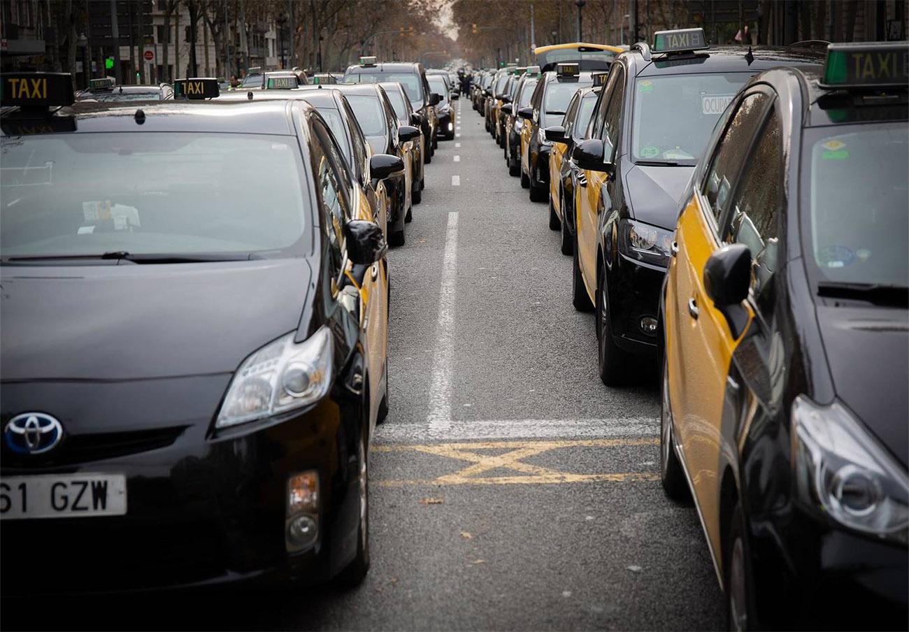FACUA, contraria a que los usuarios deban pedir Uber y Cabify con 1 hora de antelación como plantea Colau