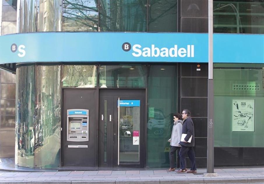 Sabadell devuelve 800 euros a una socia de FACUA por 21 reclamaciones de descubiertos que nunca le hizo