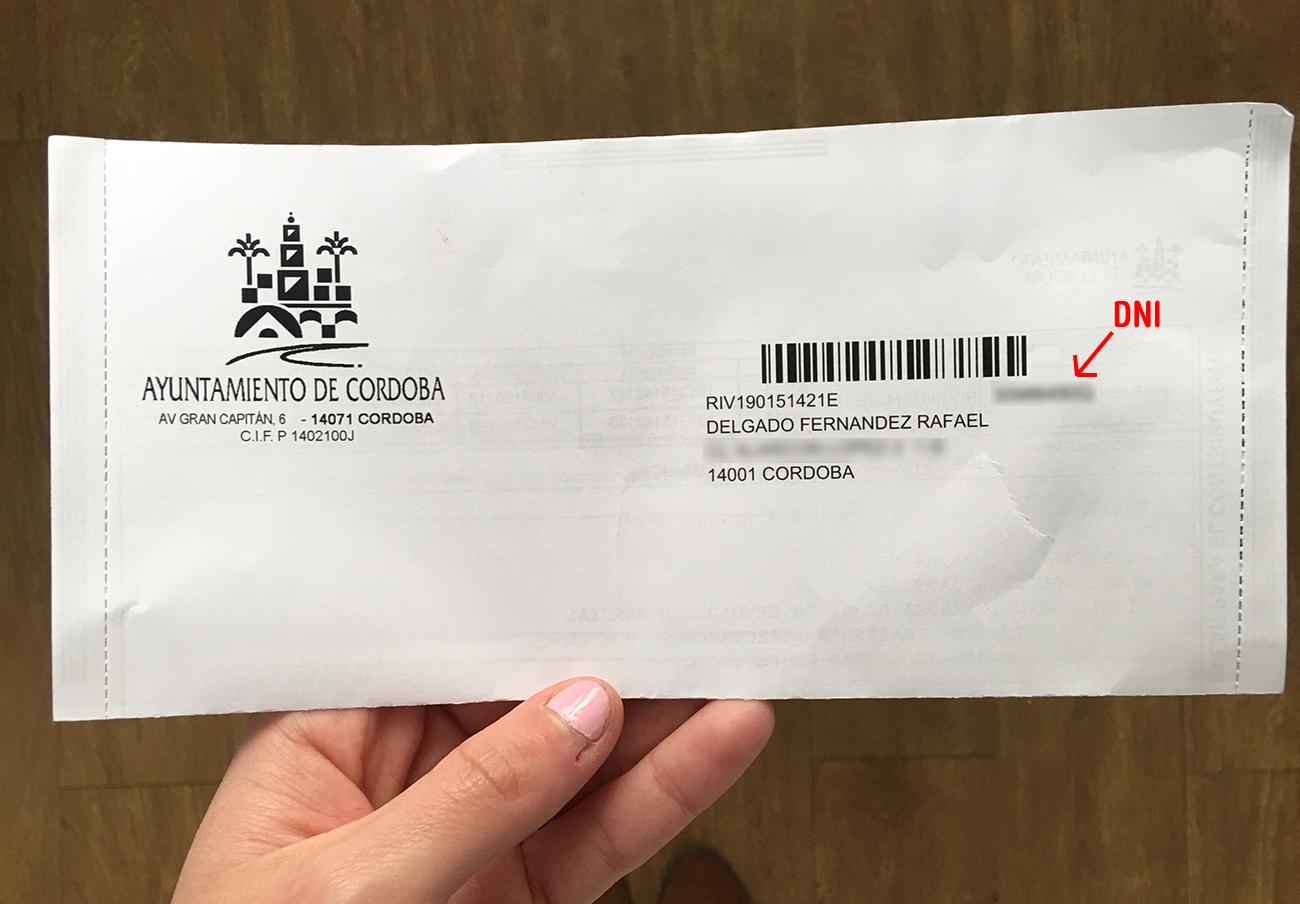 El Ayuntamiento de Córdoba, denunciado por mostrar los DNI en los sobres del impuesto de vehículos