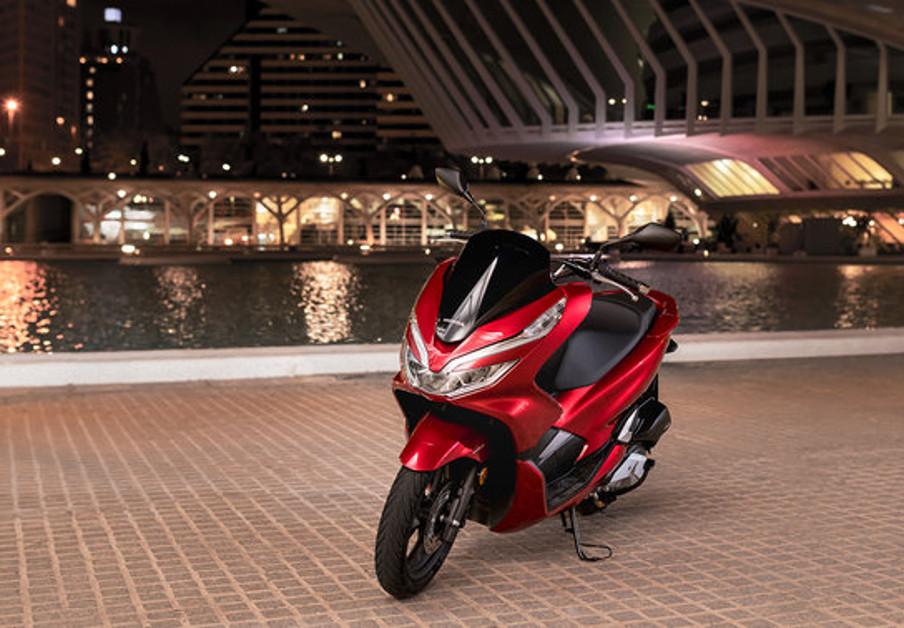 FACUA alerta de un fallo en la motocicleta Honda PCX 125 que afecta a intermitentes y luces de carretera