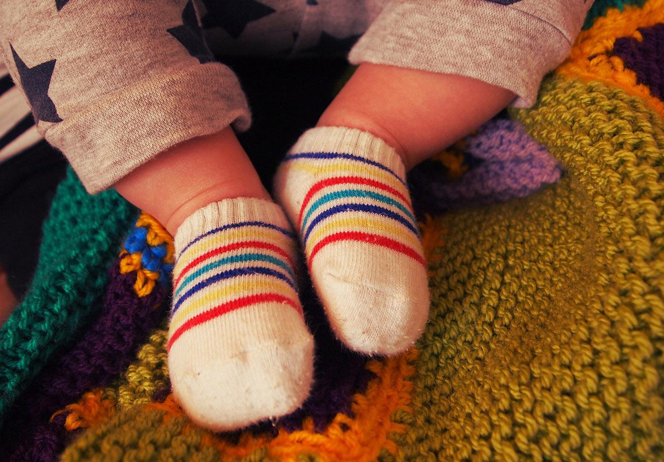Un estudio alerta de que 9 de cada 10 calcetines para bebés contienen restos de bisfenol-A y parabenos