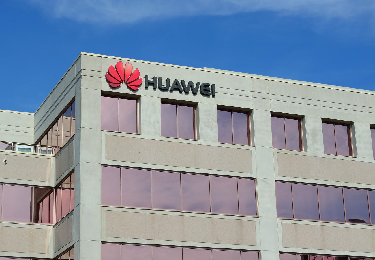 Los usuarios podrían exigir compensaciones económicas si sus Huawei perdiesen prestaciones, señala FACUA