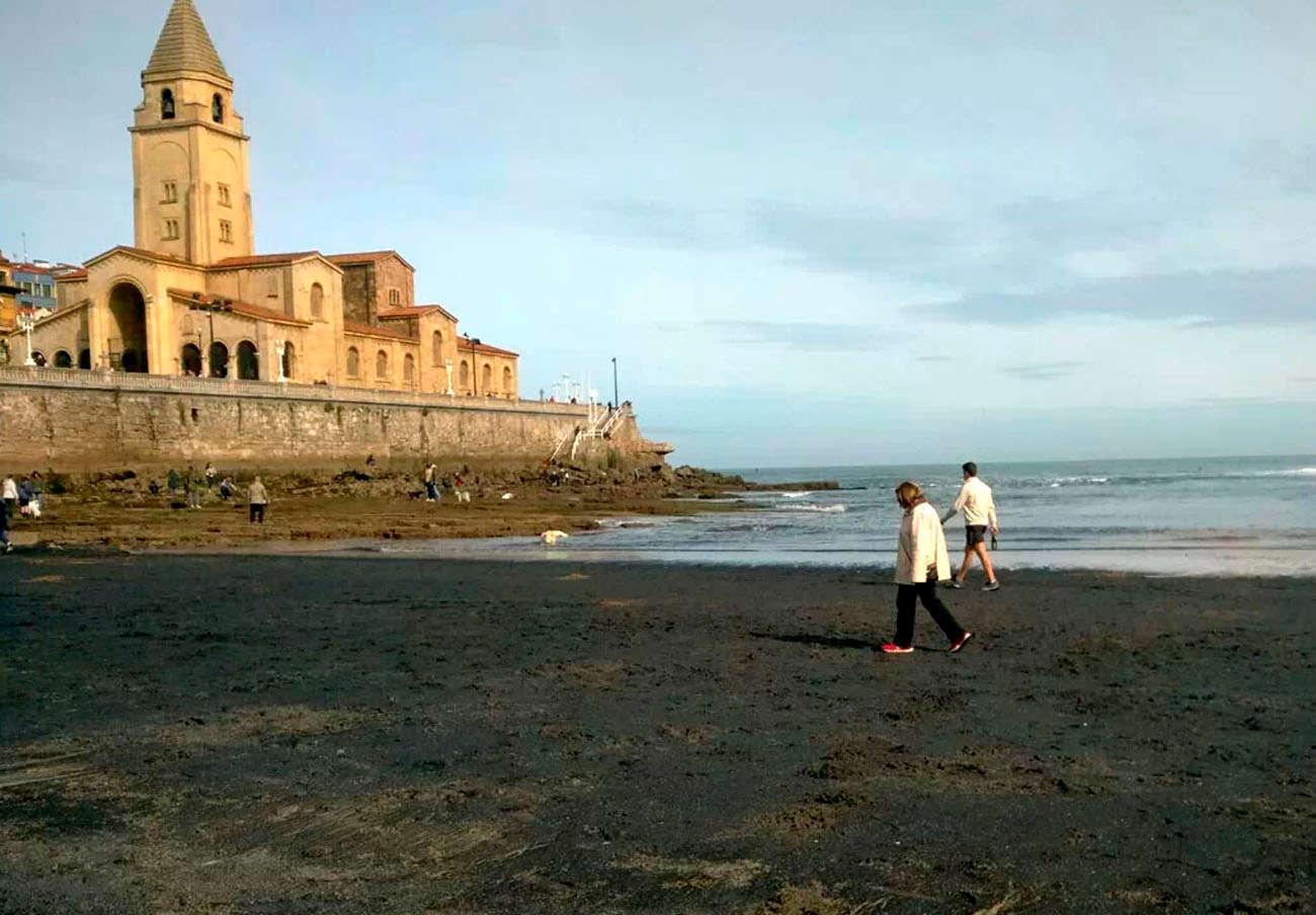 FACUA pide al Ayuntamiento de Gijón que acabe con las manchas de carbón en la playa de San Lorenzo