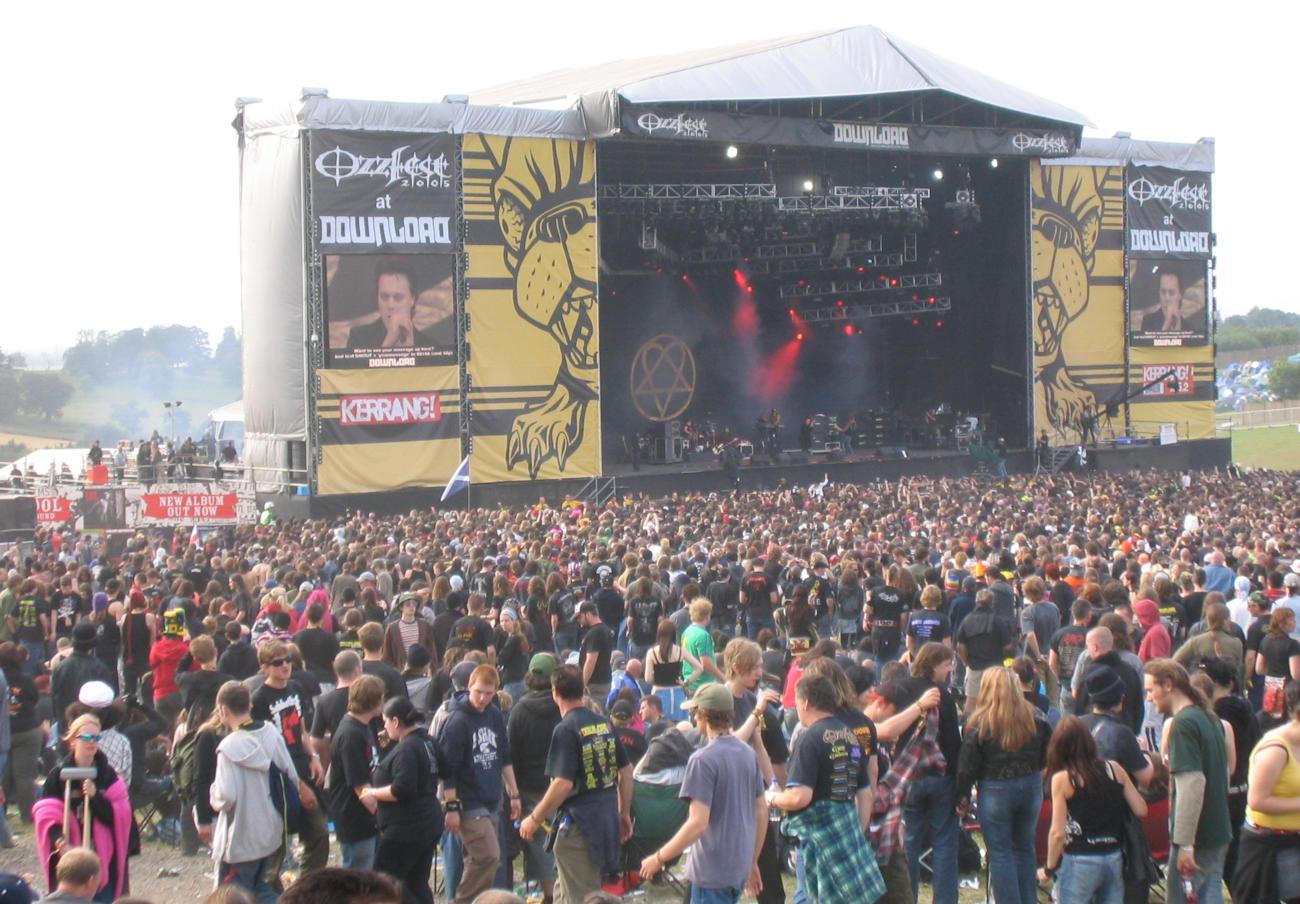 FACUA denuncia a Live Nation por impedir el acceso al Download Festival con bebida