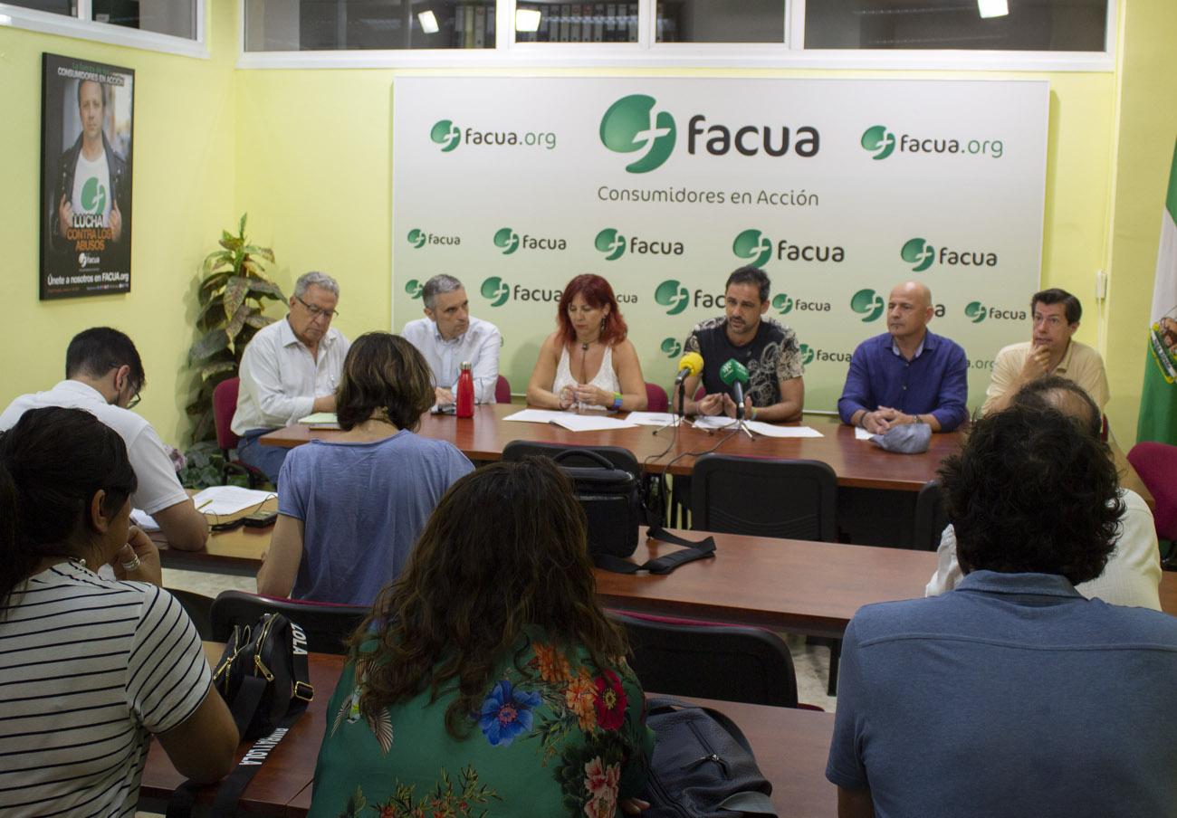 Consumidores, sindicatos y vecinos de Sevilla reclaman una regularización de los horarios comerciales