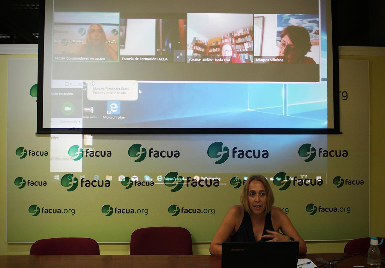Olga Ruiz, presidenta de FACUA Andalucía, durante su taller dirigido a las organizaciones latinoamericanas.