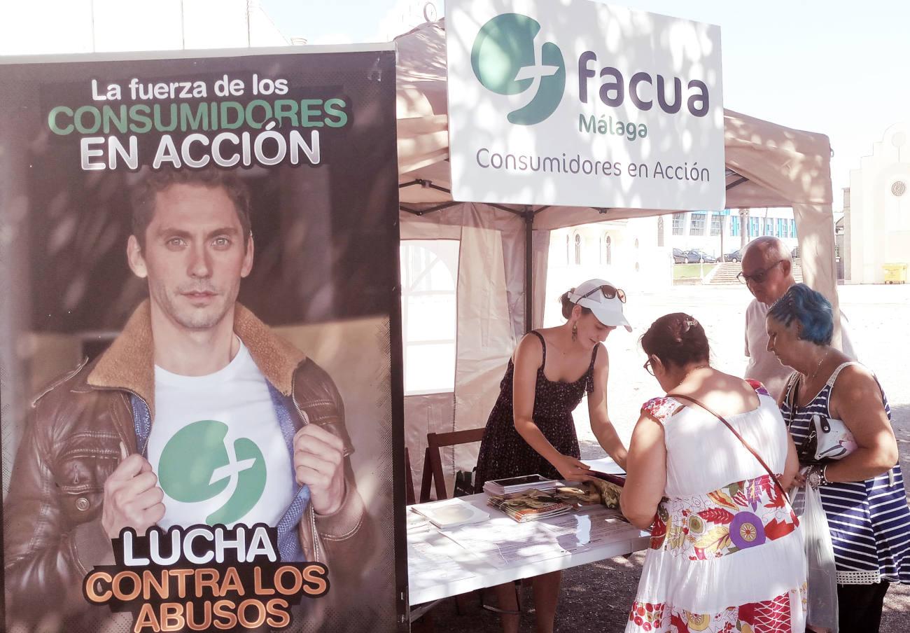 FACUA Málaga realiza una campaña en mercadillos para contar a los usuarios cómo reclamar ante los abusos