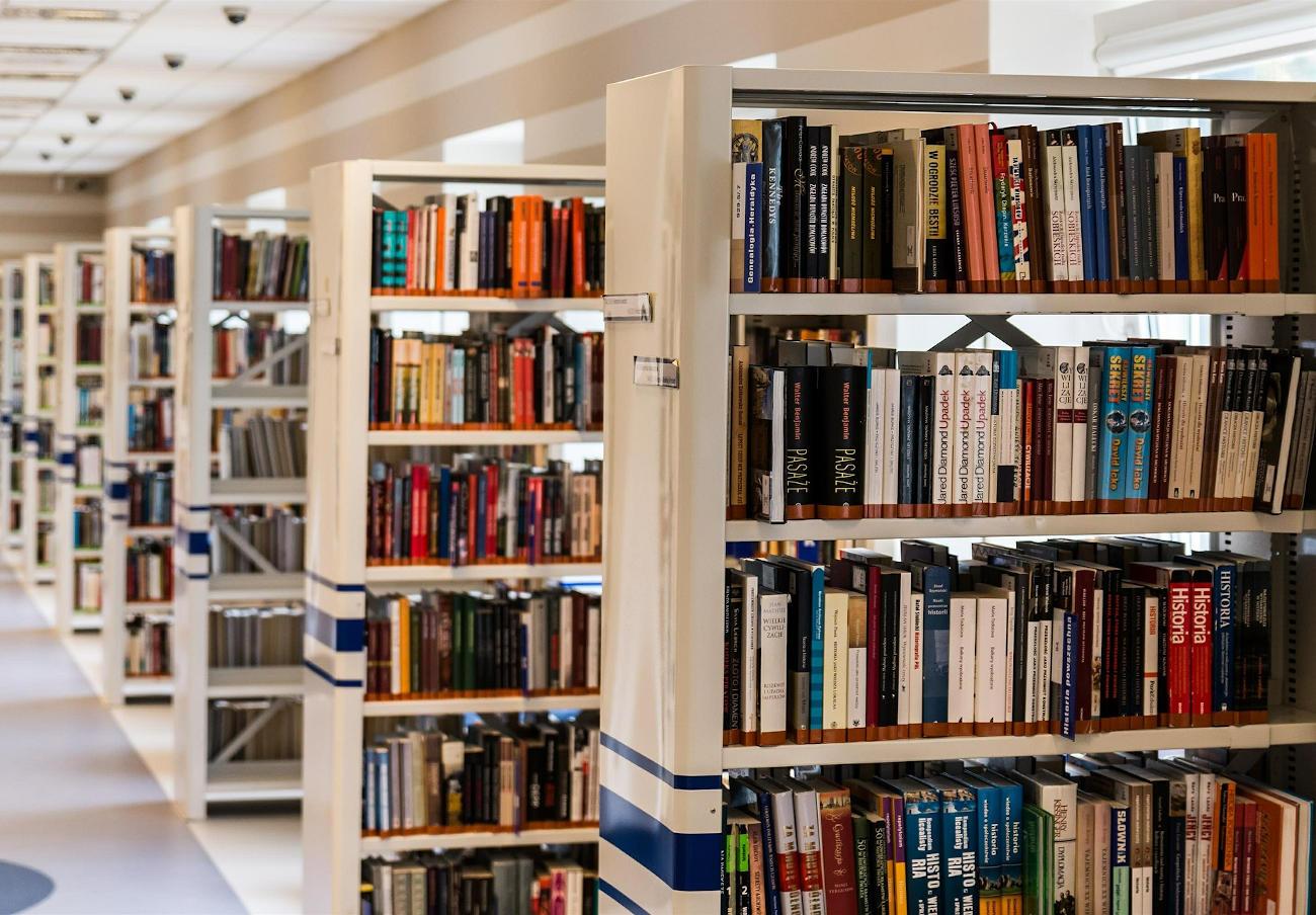 La CNMC abre un expediente sancionador a varias empresas de servicios de biblioteca por concertar precios