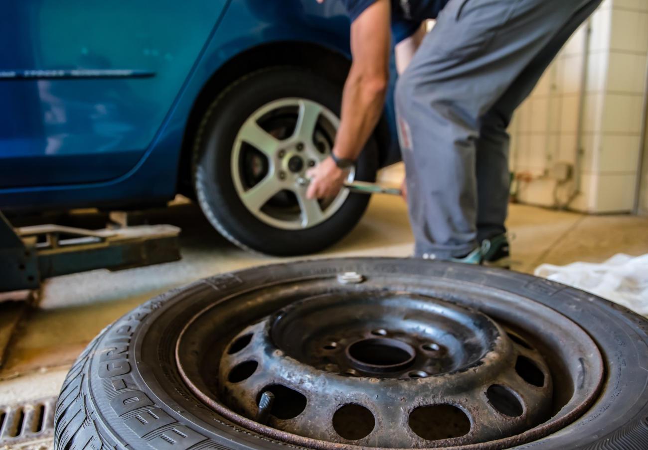 Kafkiano: Tras cambiarle un neumático defectuoso, le exigen que vuelva a pagarlo porque lo han perdido