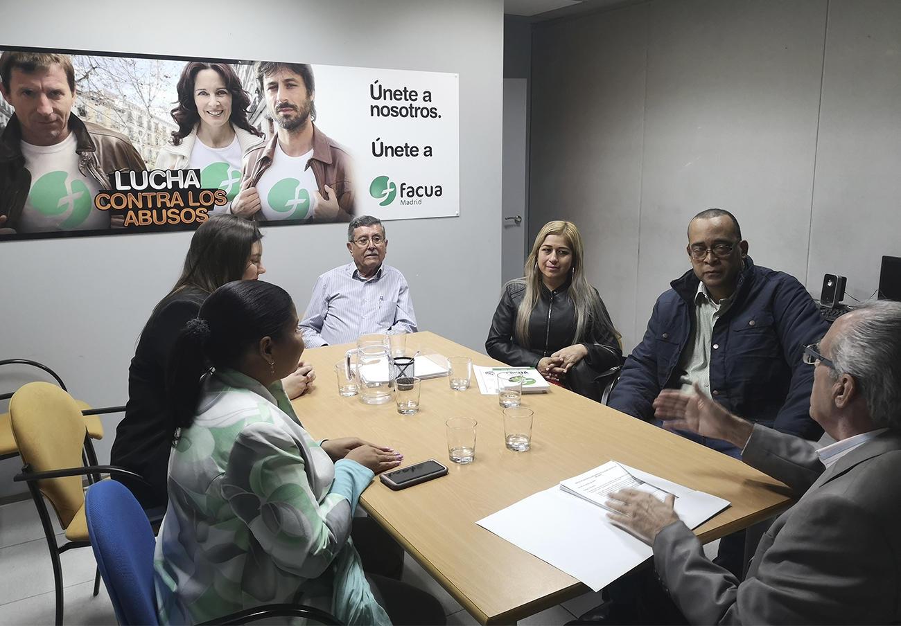 De izquierda a derecha, Zoe Dotel, Silvia López y Miguel Marañón, miembros de la directiva de FACUA Madrid, Bethy Cruzado, Giovani Fletcher y Paco Sánchez Legrán.