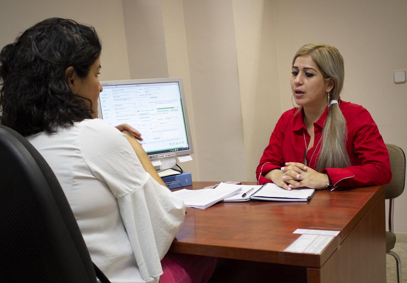 Bethy Cruzado y Rocío Algeciras, directiva de FACUA y responsable del Departamento de Reclamaciones.