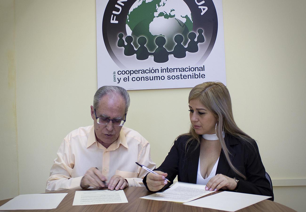 Bethy Cruzado, representante de Ipadeco y Uncurepa, y Paco Sánchez Legrán, presidente de FACUA-Consumidores en Acción, durante a firma del convenio.