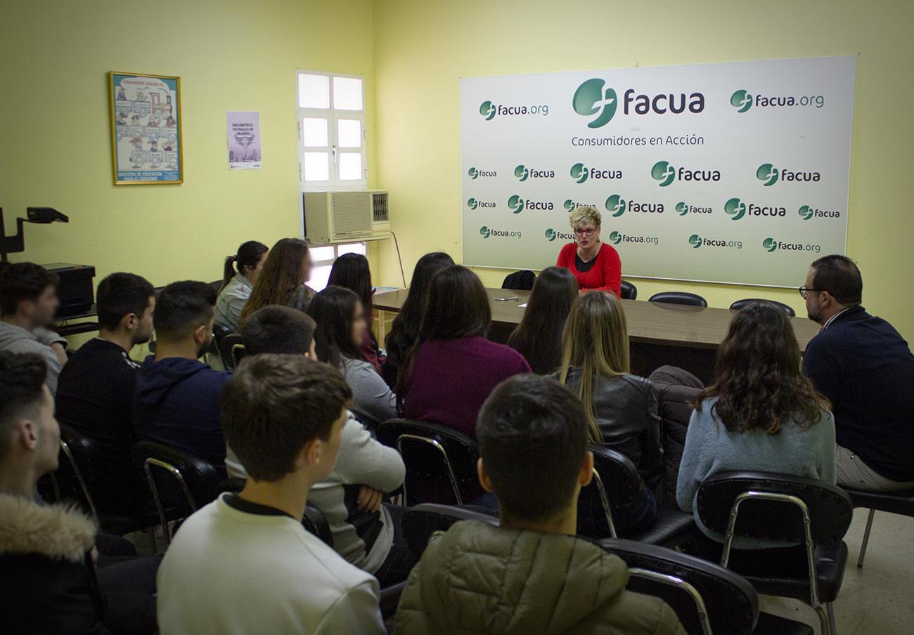 Los alumnos de la Fundación Sopeña acuden a FACUA Sevilla para conocer el funcionamiento de la asociación