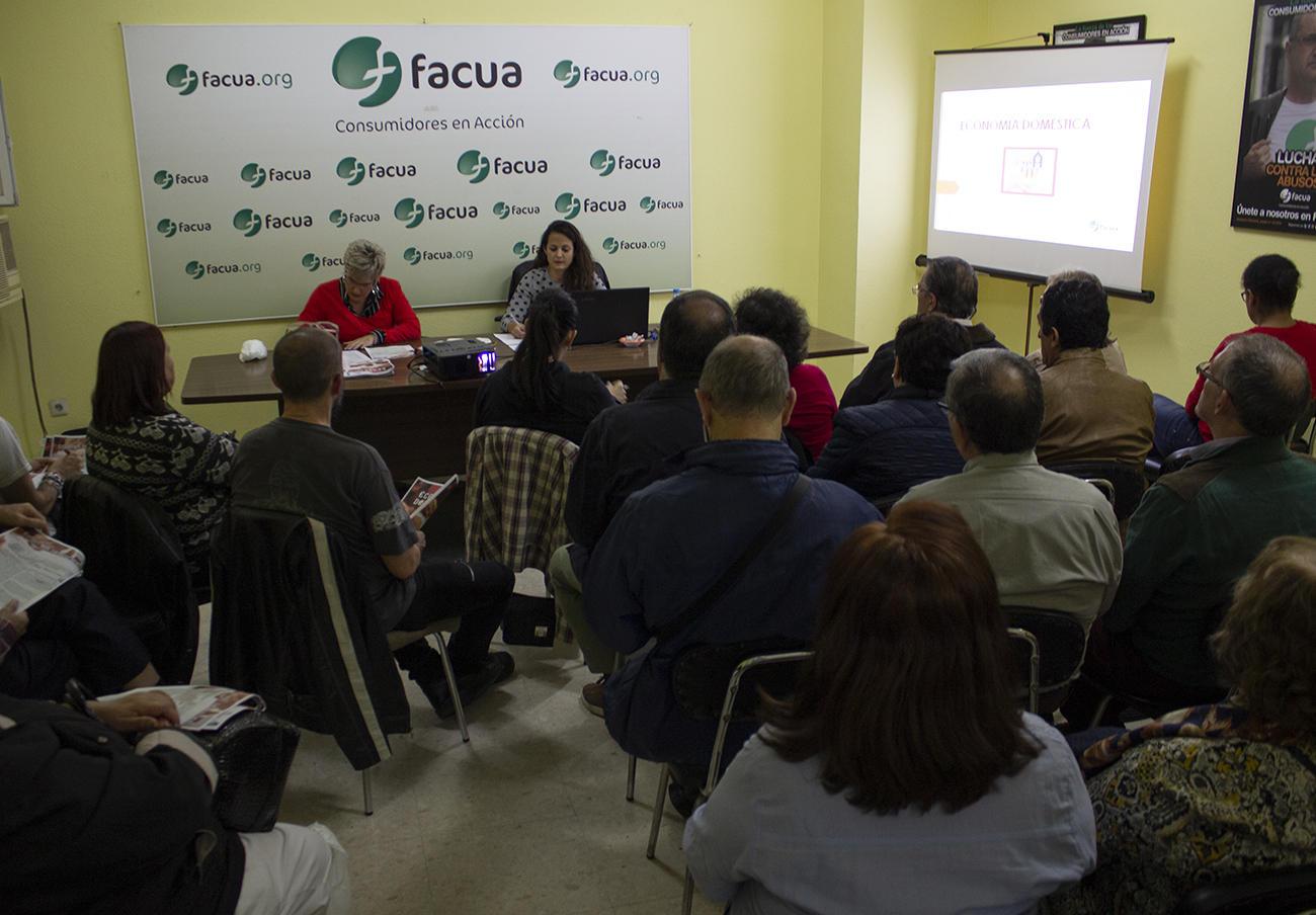 Momento del taller sobre economía doméstica impartido por FACUA Sevilla.