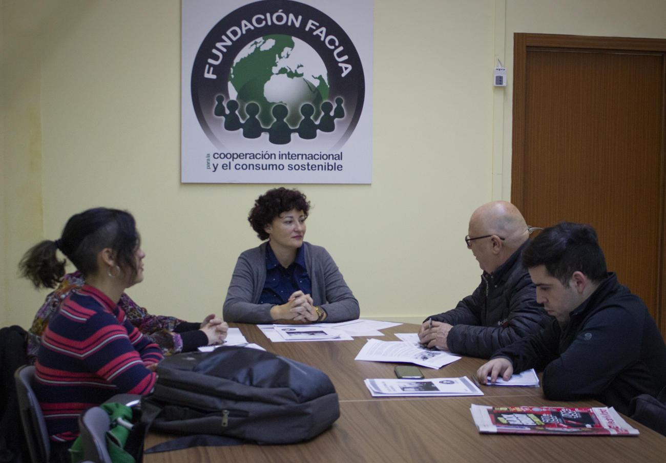 Almudena Álvarez, responsable de la Escuela de Formación de la Fundación FACUA, junto a los miembros de la organización chilena Conadecus.