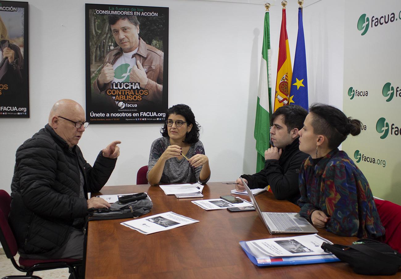 Rocío Algeciras, directiva de FACUA y responsable del Departamento de Reclamaciones, junto a los miembros de Conadecus.