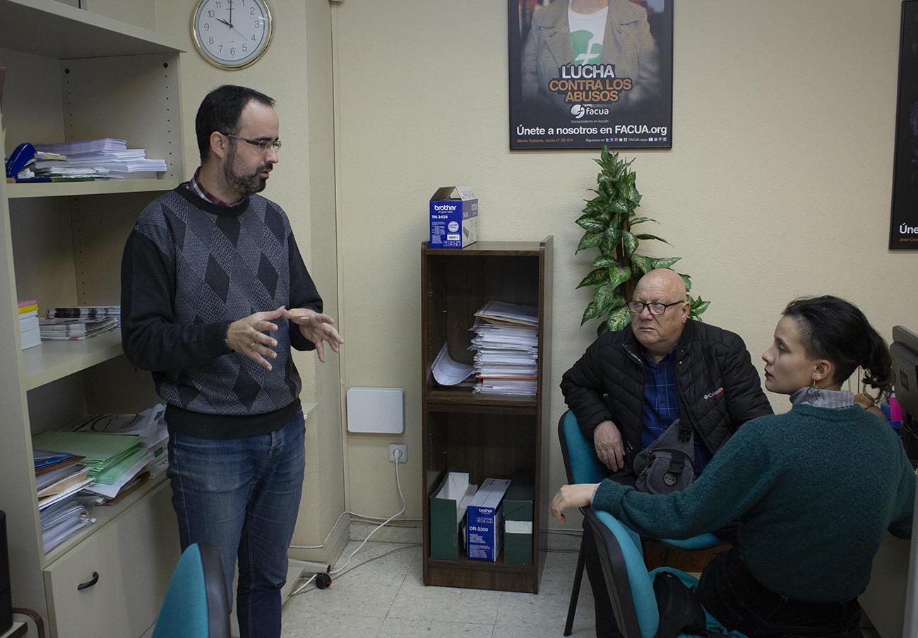 José Manuel Valenzuela, del departamento de atención al consumidor de FACUA Sevilla con miembros de Conadecus durante su visita a la oficina.