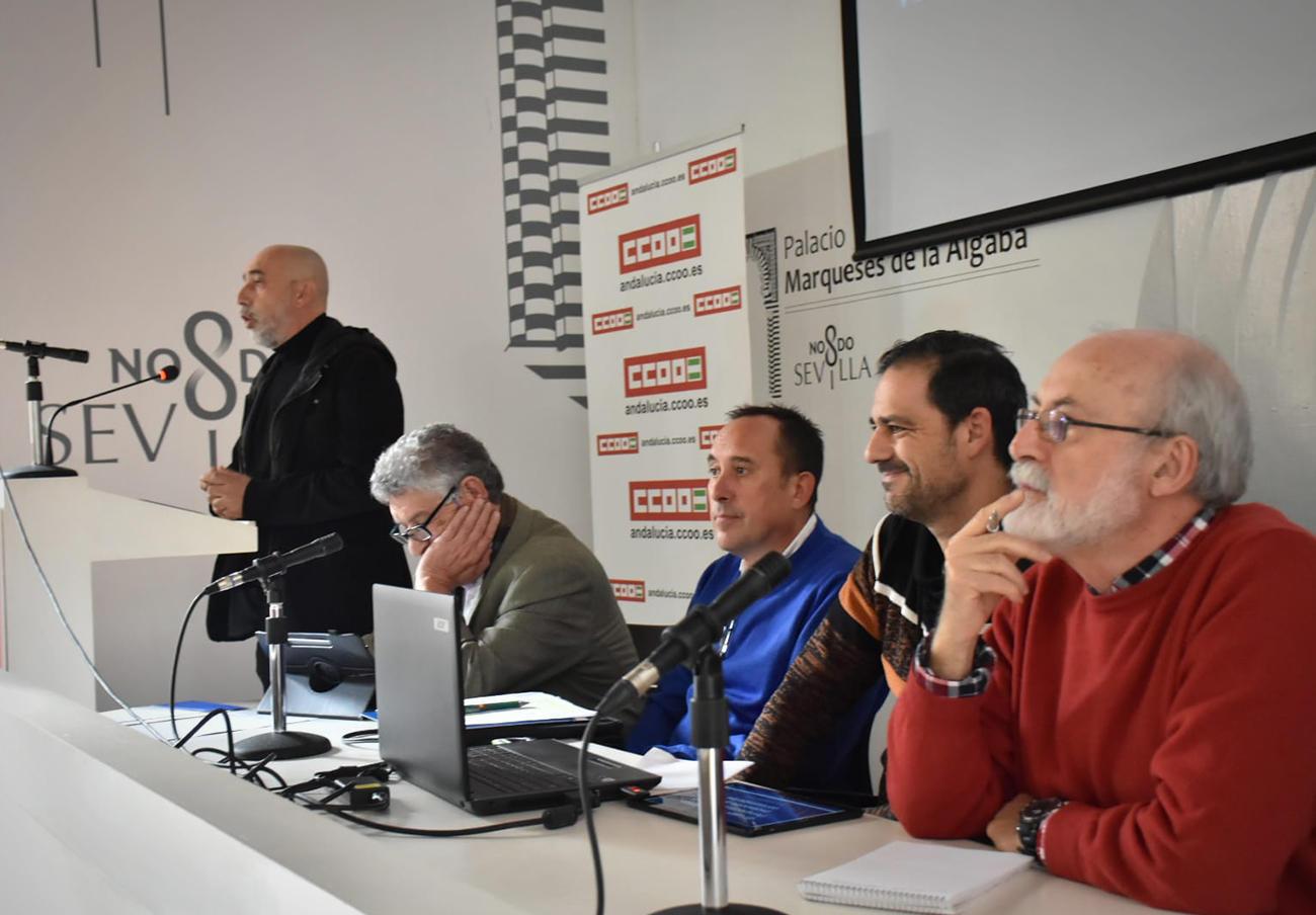 El directivo de FACUA Andalucía Jordi Castilla participa en una mesa redonda sobre los servicios públicos