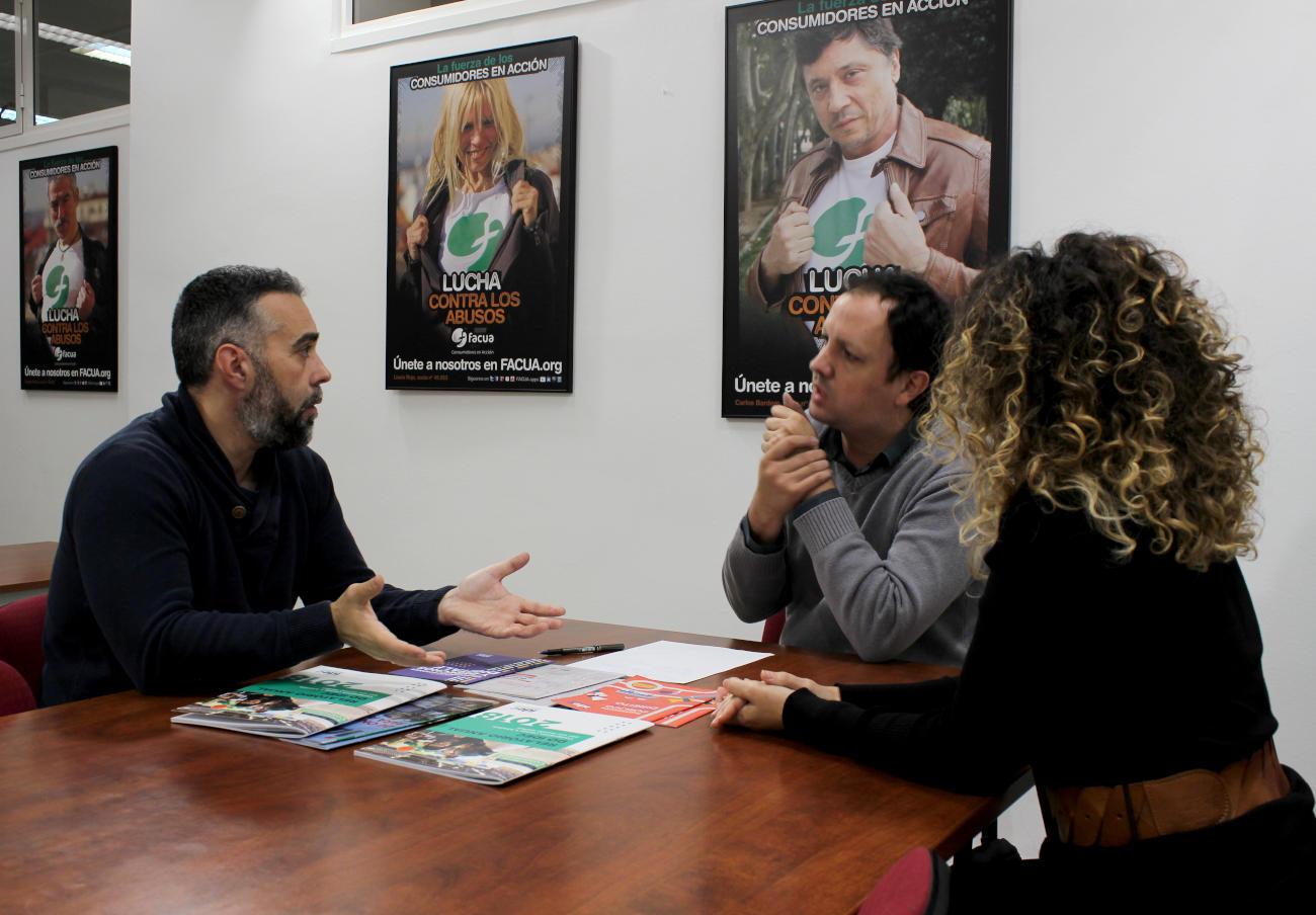 Calabria junto a Rubén Sánchez, portavoz de FACUA, y Keka Sánchez, del departamento de Comunicación de la asociación.