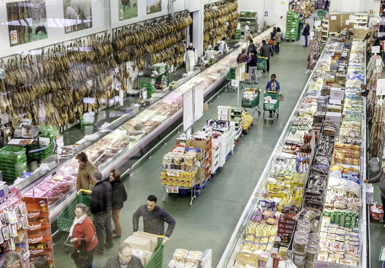 La Policía Local de Sevilla precinta 30.000 kilos de alimentos caducados o sin etiquetado en Sola Ricca