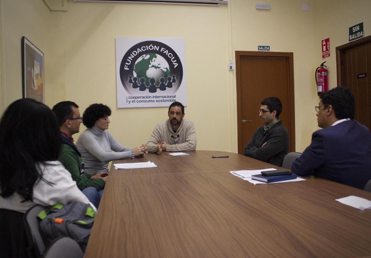Una de las charlas formativas en la sede de la Fundación FACUA.