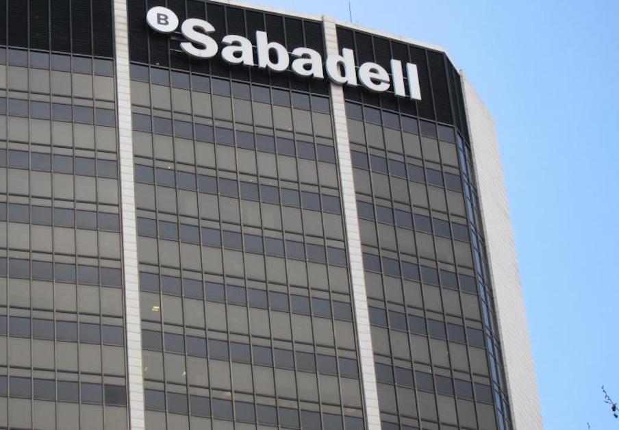 Banco Sabadell cancela la cuenta a un usuario y un año después le carga 100 euros por un descubierto