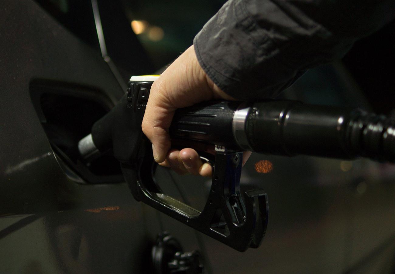 FACUA pide una investigación a la CNMC: el barril de petróleo ha bajado un 45% y la gasolina sólo un 8%