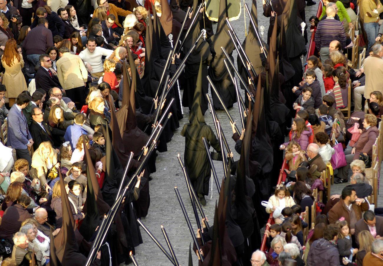 FACUA Sevilla pide al Consistorio multar al Consejo de Cofradías al no devolver el importe de las sillas