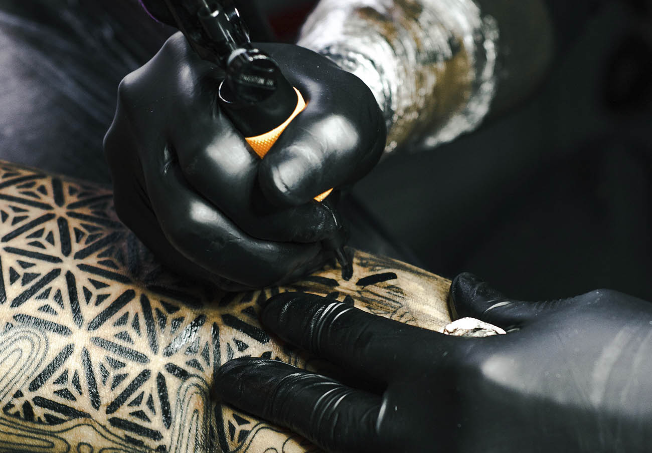 FACUA Andalucía critica que la Junta vuelva a reducir aún más los controles en los negocios de tatuajes