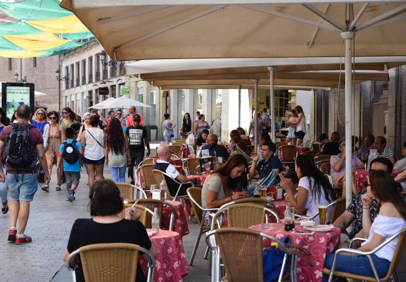 FACUA Sevilla apoya que se mantenga el límite de veladores que establece la ordenanza contra el ruido