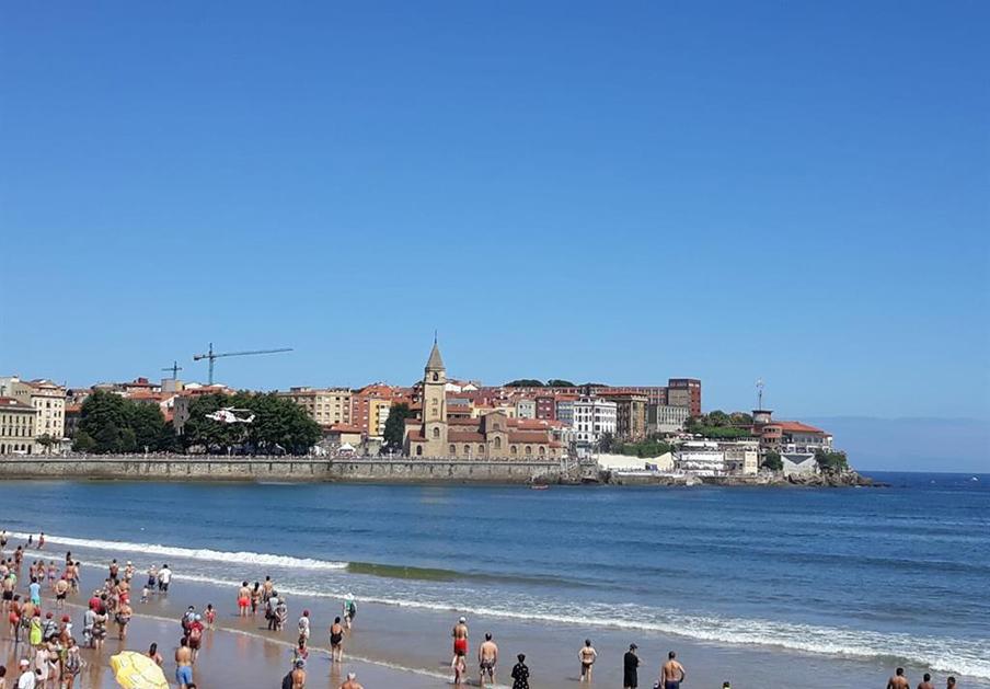 FACUA pide al Ayuntamiento de Gijón que informe del origen de las manchas de carbón en San Lorenzo