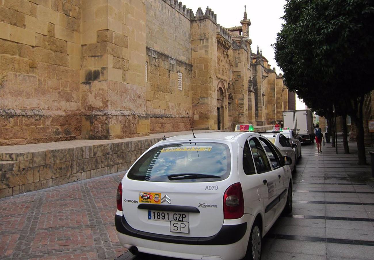 FACUA Córdoba denuncia que el Ayuntamiento sigue incumpliendo la normativa del sector del taxi