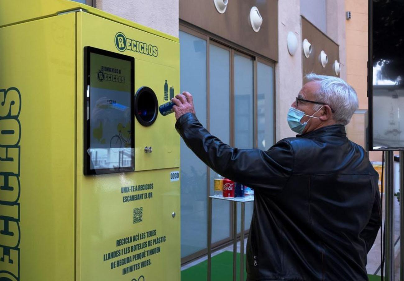 Valencia aplicará incentivos sostenibles para premiar a quien recicle latas y botellas de plástico