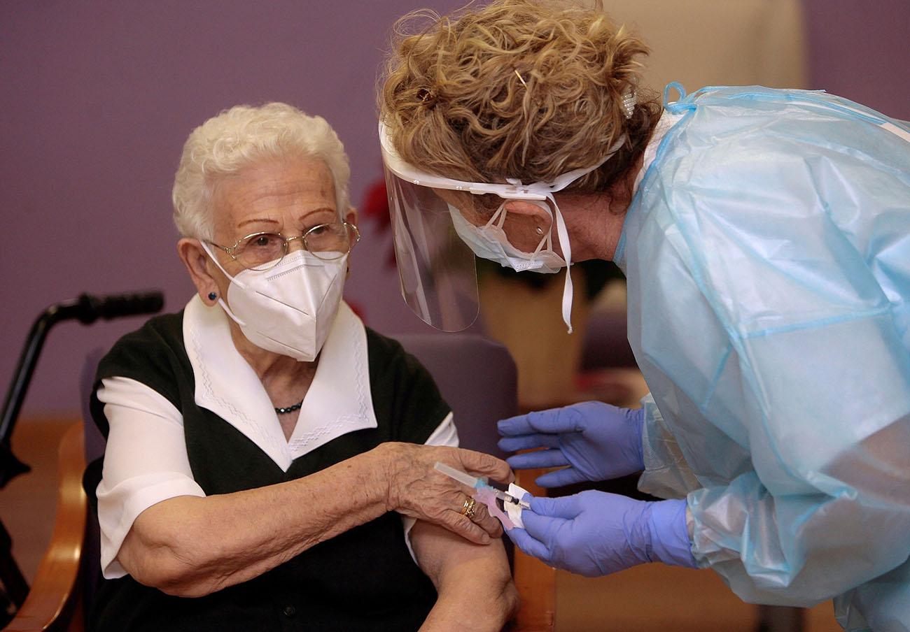 Araceli, la primera vacunada contra el Covid-19 en España. | Imagen: 65ymas.com