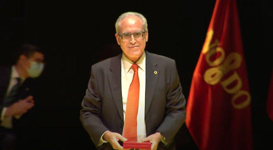 El fundador de FACUA, Paco Sánchez Legrán, recibe la Medalla de Sevilla