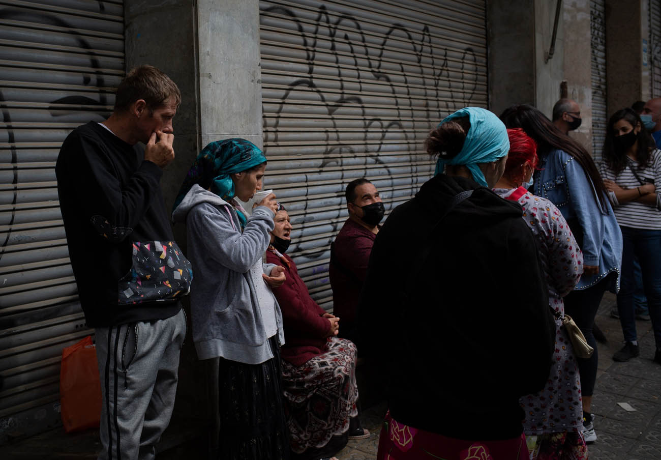 Varios miembros de la familia que iba a ser desahuciada, a 10 de mayo de 2021, en L'Hospitalet de Llobregat, en Barcelona. | Imagen: Europa Press.