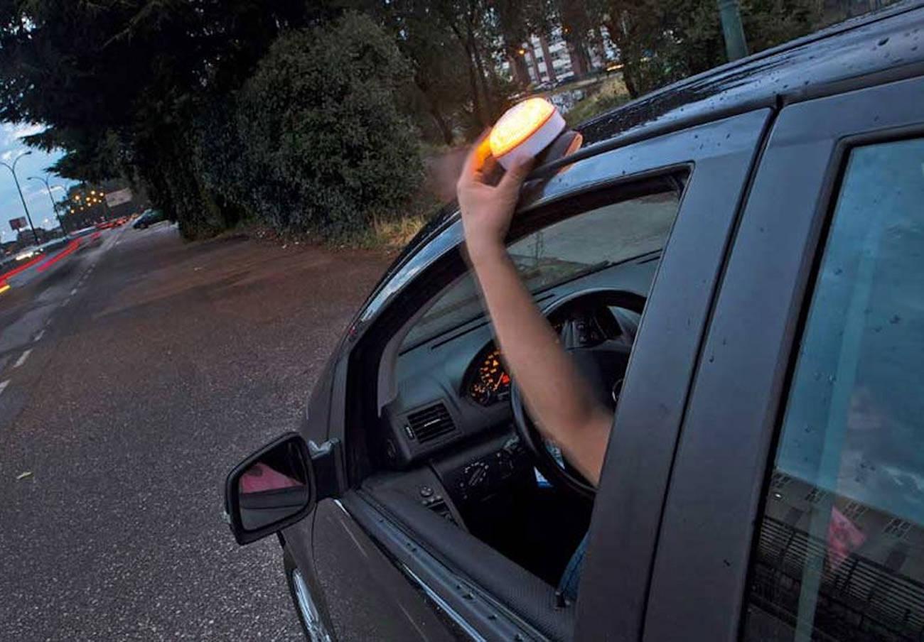 Los triángulos del coche se pueden sustituir por una luz encima del vehículo a partir de este 1 de julio